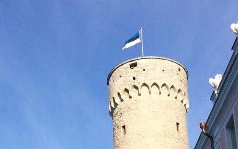Сине-черно-белый флаг на башне