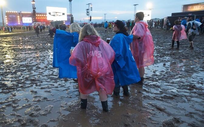 Rock am Ringi muusikafestivali külastajad eile paduvihmas.