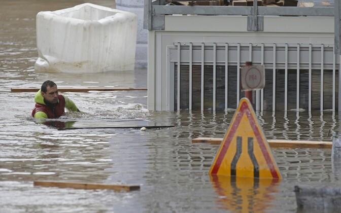 Pariisi päästetöötaja koristab Saine'i üleujutatud aladelt prügi.