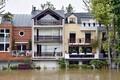 Neuilly-sur-Seine, Pariisi lähistel. Mees tühjendab maja rõdul veeämbrit.