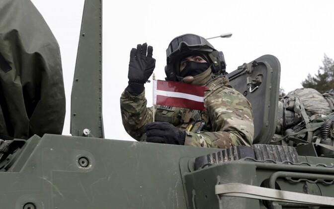 USA sõdur Läti lipuga.