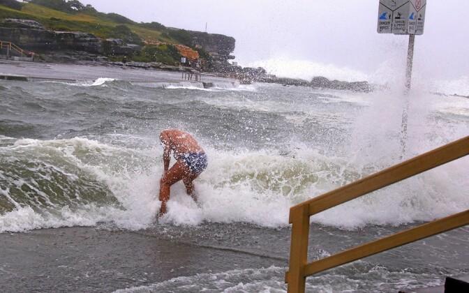 Austraalia ida-osas möllav torm meelitab randa adrenaliinilembeid sportlasi - ujujaid ja surfareid.