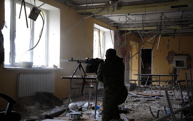 Kremli-meelne võitleja tulistamas Donetski lennujaama lähistel, 2014. aasta 16. oktoober.