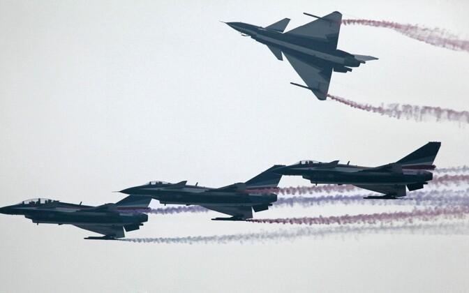 Hiina J-10 hävituslennukid demonstratsioonlennul.