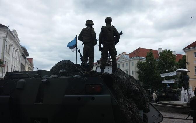 USA kaitseväelased rivistasid Tartu raekoja platsile üles oma soomustransportöörid.