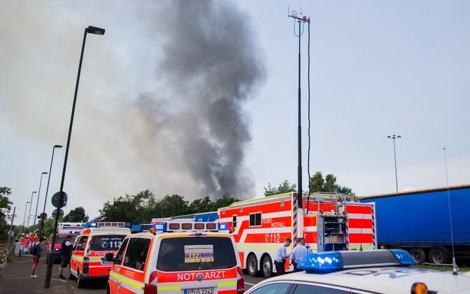 Varjupaigast tõusev suits üleeile Düsseldorfis.