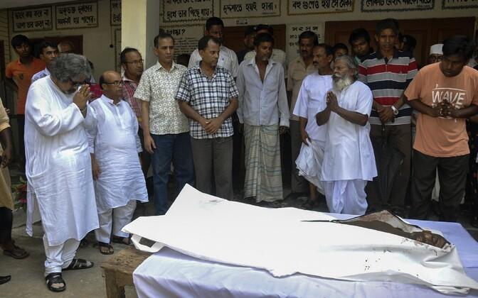 Palvetajad Nitya Ranjan Pandey surnukeha juures.
