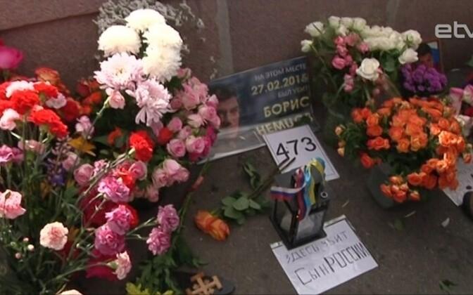 Возложение цветов к месту гибели Бориса Немцова