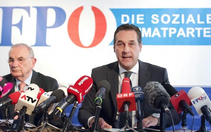 Austria Vabaduspartei advokaat Dieter Böhmdorfer (vasakul) ja pertei juht Heinz Christian kaebuse esitamisega seoses toimunud pressikonverentsil.