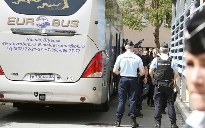 Vastasseis Cannes'is, Vene fännide bussi juures.