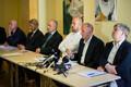 Tallinna Sadama uurimiskomisjon lõpparuannet tutvustamas.