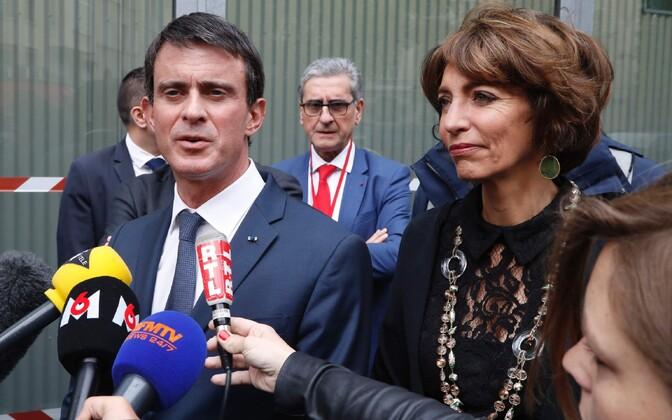 Peaminister Manuel Valls ja sotsiaalminister Marisol Touraine külastamas lastehaiglat, kus märatsevad meeleavaldajad lõhkumas käisid.