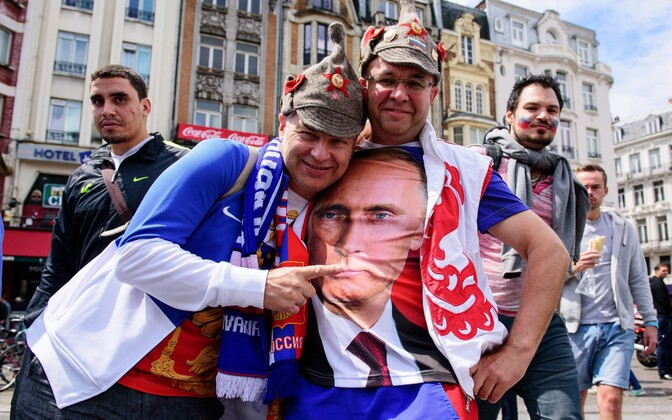 Vene jalgpallifännid täna Lille'is poseerimas.