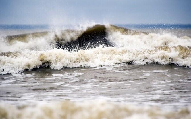 Днем ожидаемая высота волны от двух до четырех метров.