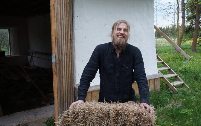 Artur Pata põhupakkehitusel Läänemaal Tuuru külas.