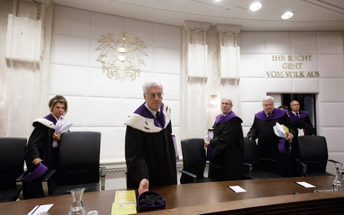 Austria konstitutsioonikohtu liikmed enne esimest istungit presidendi kordusvalimiste küsimuses.