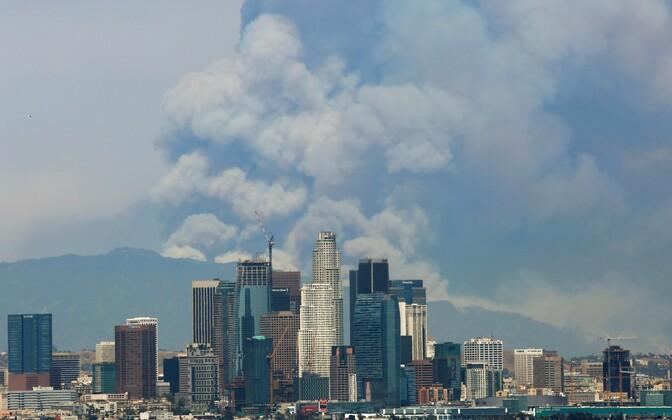 Los Angeleses on näha metsapõlengute alalt tõusvat tossusammast.