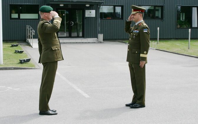 Kolonelleitnant Kalev Koidumäe andis toetuse väejuhatuse juhtimise üle kaptenleitnant Roman Lukasele.