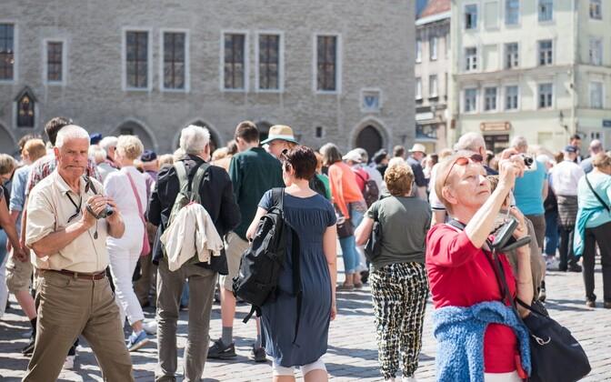 Turistid Tallinnas Raekoja platsil.