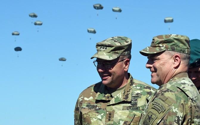 Kindralleitnant Ben Hodges (vasakul) ja kindral Mark Milley õppusel Anakonda-16.