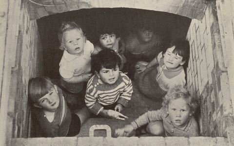 Londoni lapsed 1940. aasta paiku pommivarjendis.