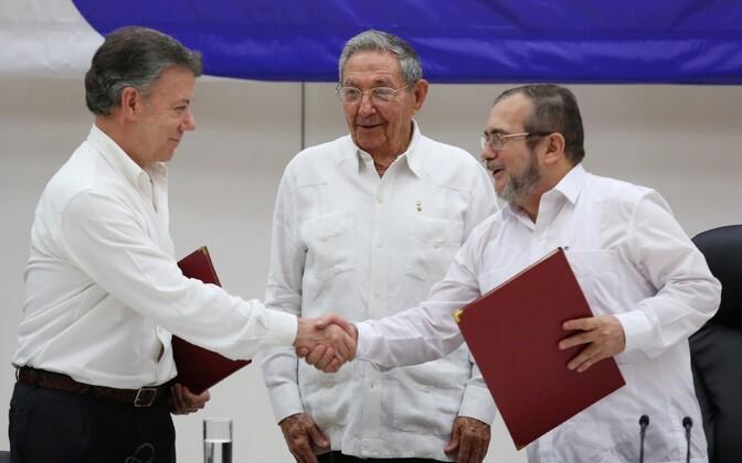 Colombia president Juan Manuel Santos ja FARC-i mässuliste liider Rodrigo Londono leppe allkirjastamisel.