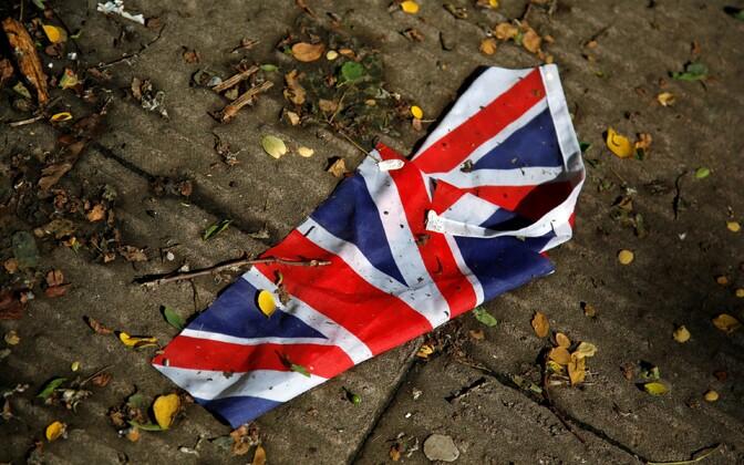 Tugevas vihmasajus tänavale uhutud Suurbritannia lipp.
