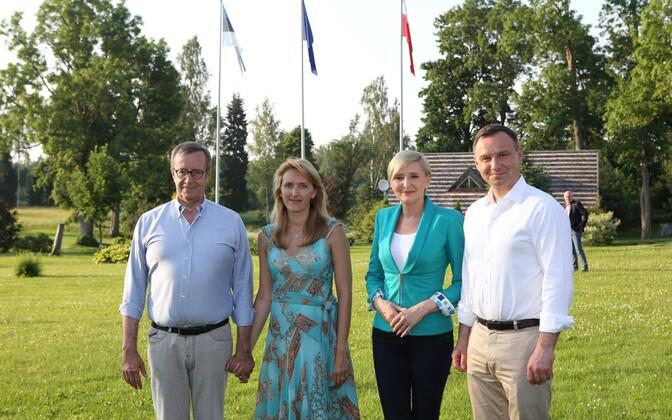 President Toomas Hendrik Ilves abikaasaga Ärma talus Poola presidendiperet võõrustamas.