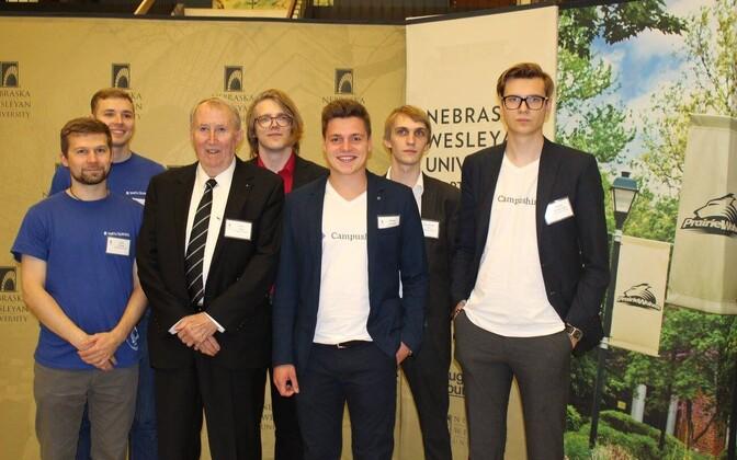 Kõik Tartu ülikooli meeskonnad ettevõtlusprogrammi rahastaja Harry Huge´ga.