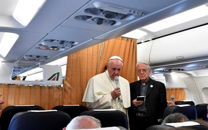 Paavst Franciscus lennukis ajakirjanike küsimustele vastamas.