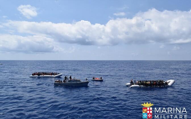 Paadid migrantidega Liibüa ranniku lähistel 23. juunil.