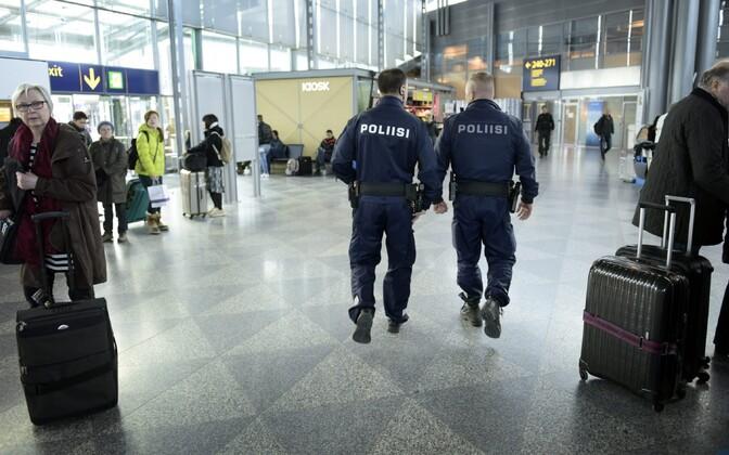 Relvastatud Soome politseinikud Helsingi-Vantaa lennujaamas.