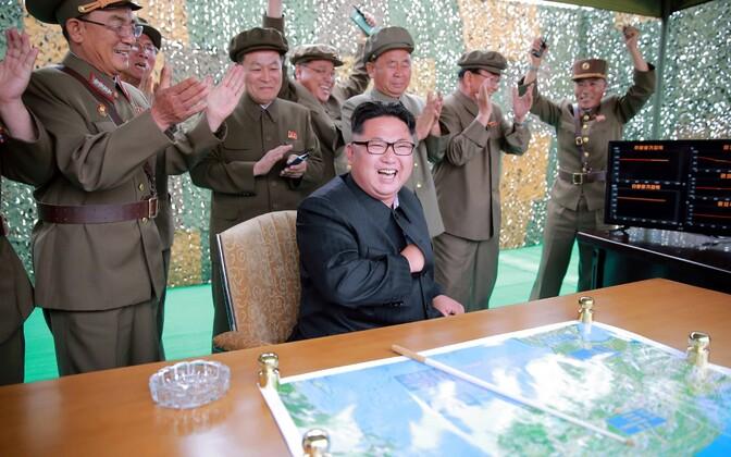 Põhja-Korea liider ja tema edusammude üle rõõmustavad seltsimehed.