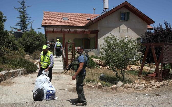Iisraeli politseinikud Kiryat Arba asunduses mõrvapaiga juures.