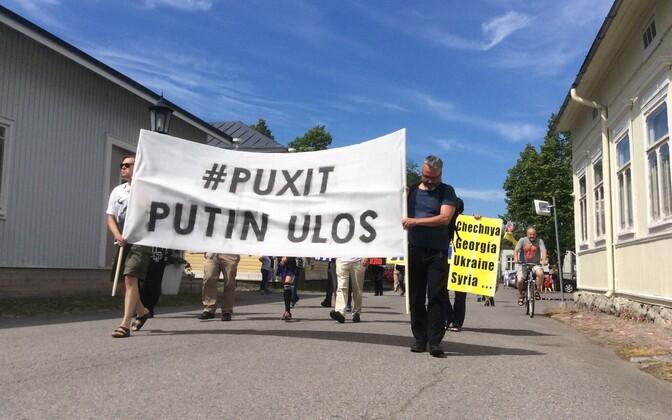 President Putini visiidi vastu protesteerivad meeleavaldajad Soomes Naantalis.