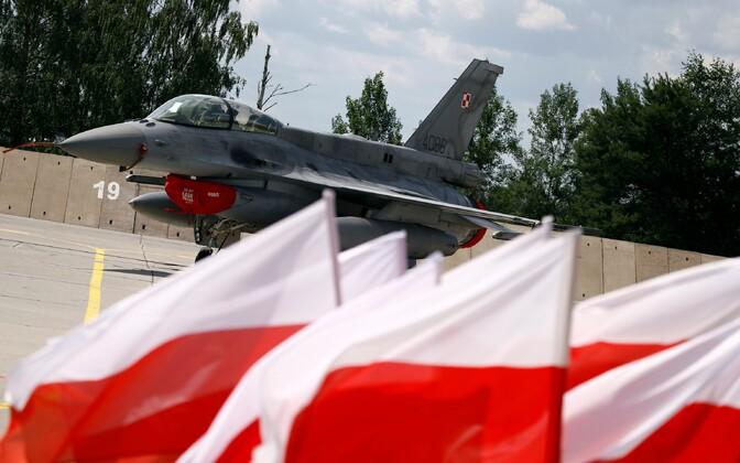 Poola hävituslennuk ja lipud.