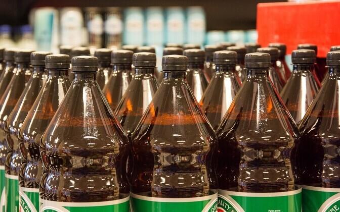 Suurtes plastpudelites õlu kaob Lätis müügilt.