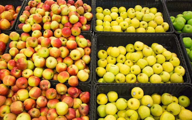 Õunad poeletil.