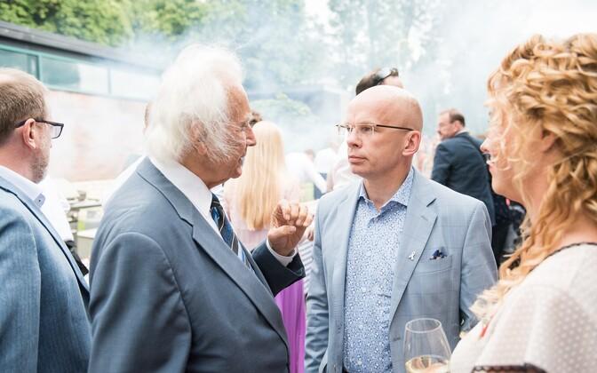 Allar Jõks vestleb USA suursaadiku vastuvõtul president Arnold Rüütliga.