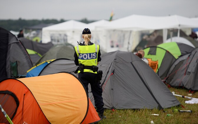 Rootsi politseinik Bravalla suvefestivali telklaagris.