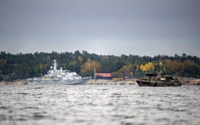 Rootsi merevägi 2014. aasta oktoobris Stockholmi saarestikus tundmatut allveelaeva otsimas.