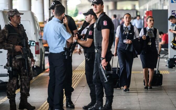 Korrakaitsjad Istanbuli Atatürgi nimelises lennujaamas.
