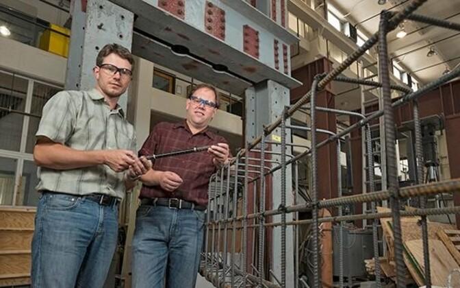 Delaware'i ülikooli teadlased Thomas Schumacher (vasakul) ja Erik Thostenson näitavad