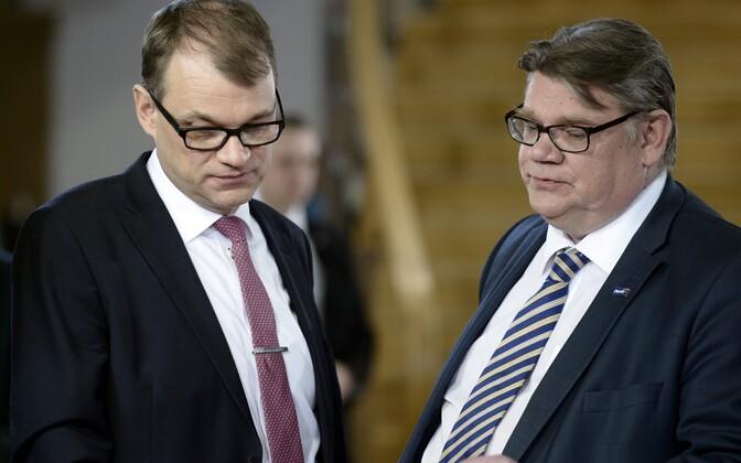 Keskerakondlasest peaminister Juha Sipilä (vasakul) ja Põlissoomlaste juht Timo Soini.