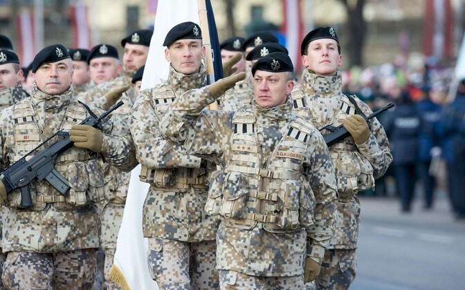 Läti kaitseväelased paraadil.