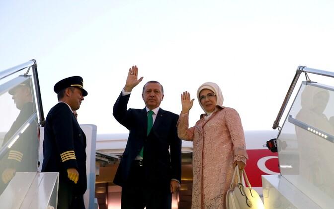 Tayyip Erdogan koos abikaasa Emine Erdoganiga eile Varssavisse  NATO tippkohtumisele saabumas.
