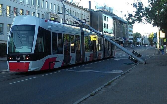 Laternapost kukkus Narva maanteel trammi peale.