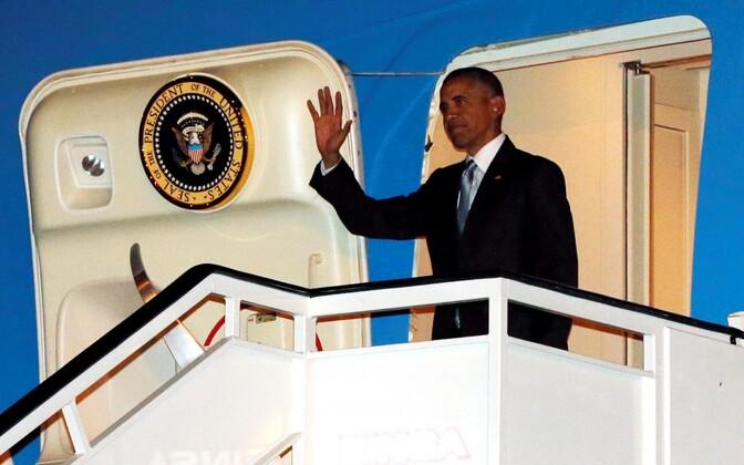 Barack Obama Madridis lennukist väljumas.