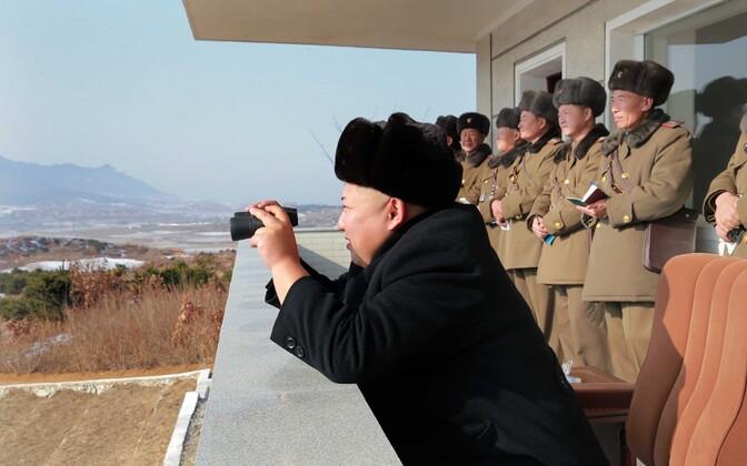 Põhja-Korea juht Kim Jong-un sõjaväeõppusi jälgimas.