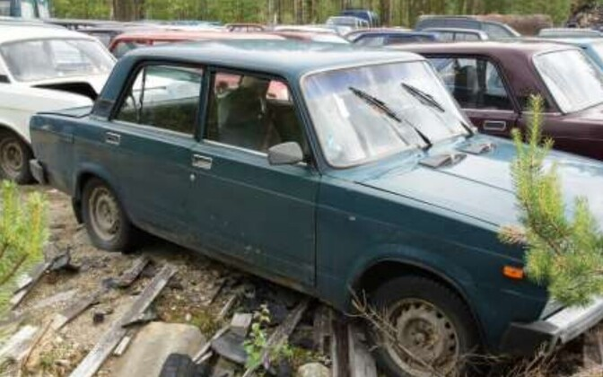 Varjupaigataotlejate poolt hüljatud autod.